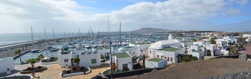 Playa布朗卡兰萨罗特岛小游艇船坞区域  免版税库存照片