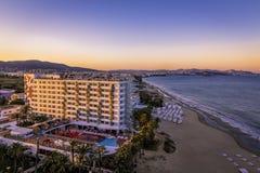Playa的乌斯怀亚旅馆在伊维萨岛d'en Bossa海滩 在日落期间的著名旅馆 免版税库存照片