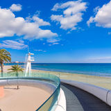 Playa παραλιών της Αλικάντε EL Postiguet με τη σύγχρονη γέφυρα Στοκ φωτογραφίες με δικαίωμα ελεύθερης χρήσης