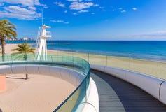 Playa παραλιών της Αλικάντε EL Postiguet με τη σύγχρονη γέφυρα Στοκ φωτογραφία με δικαίωμα ελεύθερης χρήσης