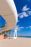 Playa παραλιών της Αλικάντε EL Postiguet με τη σύγχρονη γέφυρα Στοκ εικόνες με δικαίωμα ελεύθερης χρήσης