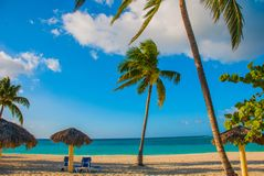 Playa埃斯梅拉达,奥尔金,古巴 加勒比海:一个热带白色沙子海滩的惊人的华美,惊人的看法和平静的turquoi 图库摄影