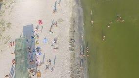 Playa aérea y gente que nadan en el agua almacen de metraje de vídeo