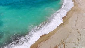 Playa abandonada con agua cristalina en orillas del mar Mediterráneo, visión aérea almacen de video