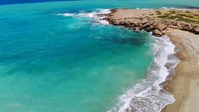 Playa abandonada con agua cristalina en orillas del mar Mediterr?neo, visi?n a?rea almacen de metraje de vídeo