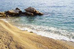Playa abandonada del mar, cubierta con los pequeños guijarros amarillos imagen de archivo