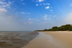 Playa abandonada en la isla de Orango en la puesta del sol, en Guinea-Bissau Orango es parte del archipiélago de Bijagos fotografía de archivo libre de regalías