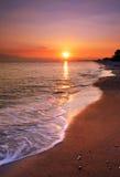 Playa abandonada en la puesta del sol Fotos de archivo