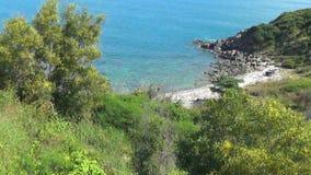 Playa abandonada salvaje mar azul sin las ondas Naturaleza salvaje Paisaje hermoso almacen de video