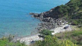 Playa abandonada salvaje mar azul sin las ondas Naturaleza salvaje Paisaje hermoso metrajes