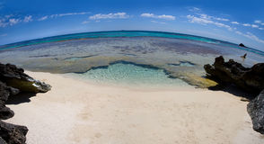 Playa abandonada a través de una lente de fisheye Foto de archivo
