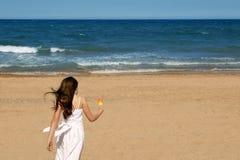 Playa adolescente del verano de la muchacha que se ejecuta con helado Foto de archivo