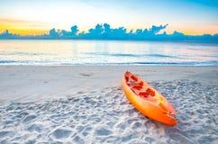 Playa aislada en el amanecer Imagenes de archivo
