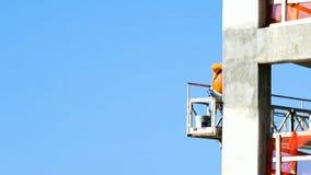 Playa anaranjada, Alabama/los E.E.U.U. - 15 de febrero de 2018: Alto trabajador de construcción de la subida en andamio suspendid almacen de metraje de vídeo