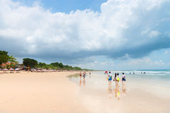 Playa ancha de la arena en Bali Imagenes de archivo