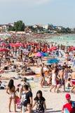 Playa apretada con la gente Imagenes de archivo