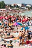 Playa apretada con la gente Foto de archivo libre de regalías