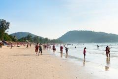 Playa apretada con los turistas, Phuket, Tailandia de Patong Foto de archivo