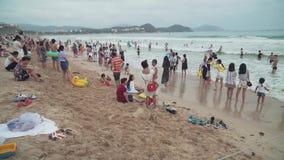 Playa apretada de Dadonghai en la isla turística de Hainan en un vídeo de la cantidad de la acción del día de aguas termales almacen de metraje de vídeo