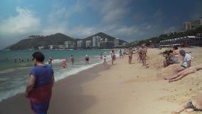 Playa apretada de Dadonghai en la isla turística de Hainan en un vídeo de la cantidad de la acción del día de aguas termales almacen de video