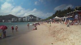 Playa apretada de Dadonghai en la isla turística de Hainan en un vídeo de la cantidad de la acción del día de aguas termales metrajes