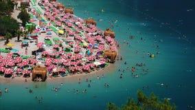 Playa apretada de Oludeniz almacen de metraje de vídeo