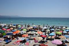 Playa apretada en verano Fotografía de archivo libre de regalías