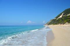 Playa arenosa aislada en día soleado reservado con el mar tranquilo de la turquesa Fotografía de archivo