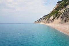 Playa arenosa aislada y mar tranquilo de la turquesa Foto de archivo