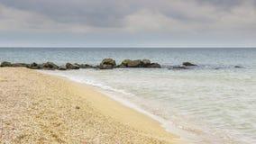 Playa arenosa amarilla hermosa Imagenes de archivo