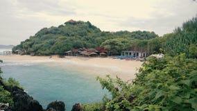 Playa arenosa blanca con las casas y los barcos almacen de metraje de vídeo