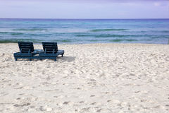 Playa arenosa blanca que ve el océano con lou vacío foto de archivo libre de regalías