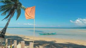 Playa arenosa blanca tropical aislada con el acceso a las aguas cristalinas de la turquesa id?lica Arena blanca, playa hermosa almacen de video