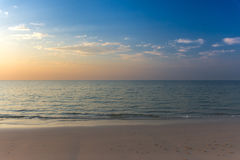 Playa arenosa blanca vacía y mar claro fotografía de archivo