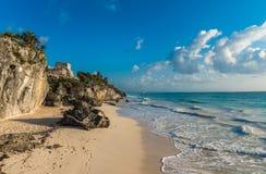 Playa arenosa blanca y ruinas de Tulum, Yucatán, México Fotografía de archivo libre de regalías