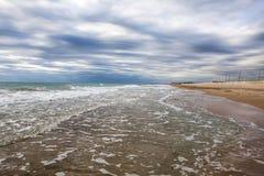 Playa arenosa de la puesta del sol en la costa atlántica en los soles Fotografía de archivo