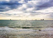 Playa arenosa de la puesta del sol en la costa atlántica en los soles Fotos de archivo