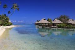 Playa arenosa del centro turístico en Polinesia Fotografía de archivo libre de regalías