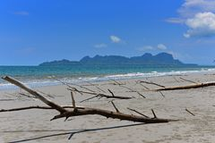 Playa arenosa e islas tropicales Imágenes de archivo libres de regalías