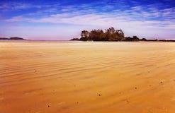 Playa arenosa enorme en una laguna del océano Imágenes de archivo libres de regalías