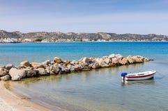 Playa arenosa hermosa con el barco de pesca en un día de verano soleado foto de archivo libre de regalías