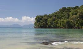 Playa arenosa hermosa con el bosque tropical Tailandia imagenes de archivo