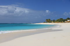 Playa arenosa limpia abandonada Imagen de archivo