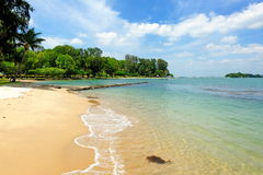 Playa arenosa tropical de la isla de St John, Singapur Foto de archivo