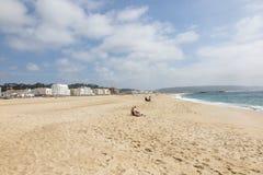 Playa arenosa vacía en el área de Nazare Imagen de archivo libre de regalías