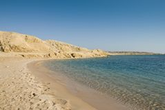 Playa arenosa vacía en una laguna tropical. Fotos de archivo libres de regalías