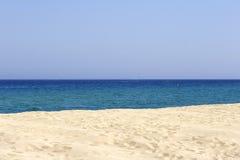Playa arenosa y mar vacíos, corazón Foto de archivo libre de regalías