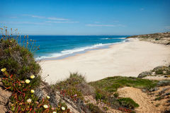 Playa asoleada abandonada Imagenes de archivo