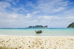 Playa asoleada tropical Fotografía de archivo libre de regalías