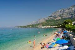 Playa asombrosa con la gente en Tucepi, Croacia Foto de archivo